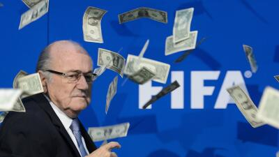 El dirigente del organismo en medio de billetes que le fueron arrojados.