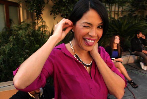 La sonrisa de Karla es contagiosa y también la conserva detrás de cámaras.
