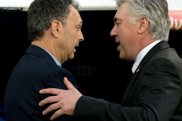 Los entrenadores Carlo Ancelotti y Joaquín Caparrós se die...
