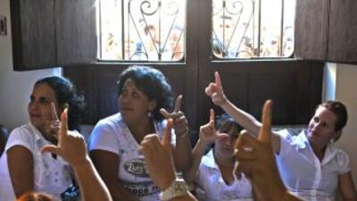 Las Damas de Blanco fueron hostigadas por simpatizantes castristas.