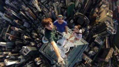 Esta riesgosa hazaña sobre un rascacielos de más de 1,000 pies de altura...