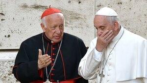 El cardenal Ricardo Ezzati, Arzobispo de Santiago, habla con el Papa Fra...