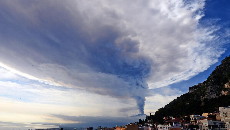 Humo se eleva sobre la ciudad de Taormina durante la erupción de Etna.