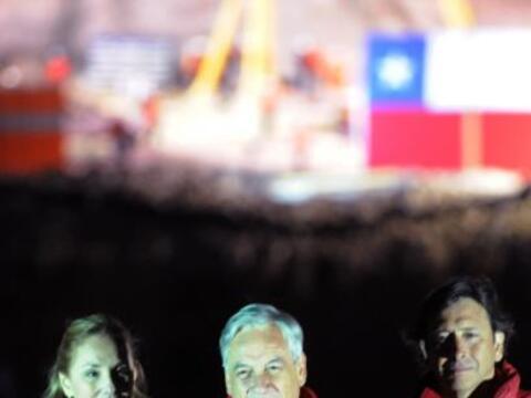 El presidente de Chile, Sebastián Piñera, puso a los 33 obreros atrapado...
