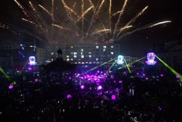 En Guadalajara, capital del estado, un espectáculo de luces encendió la...