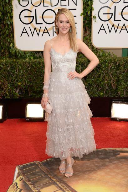 Una de las románticas de la noche fue Sarah Paulson, cuyo vestido...
