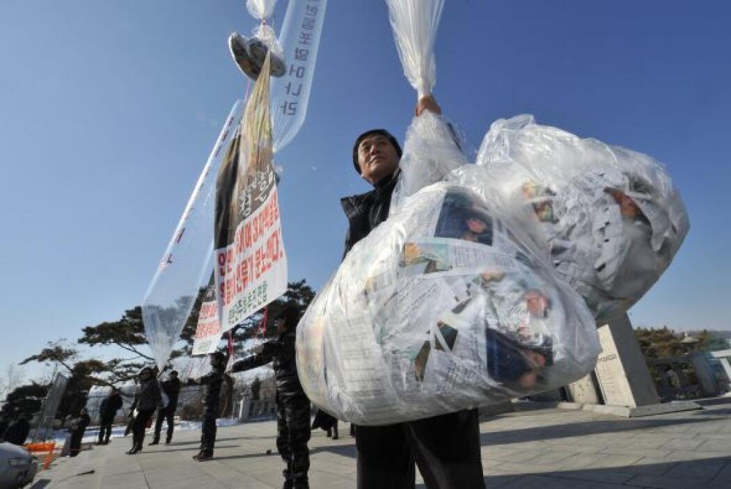 Norcoreanos que ahora viven de lado Surcoreano sueltan globos con follet...
