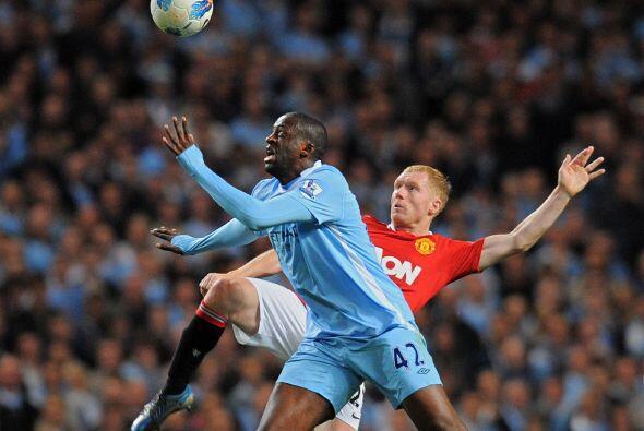 Hubo algunas jugadas fuertes entre futbolistas de ambos equipos en la di...