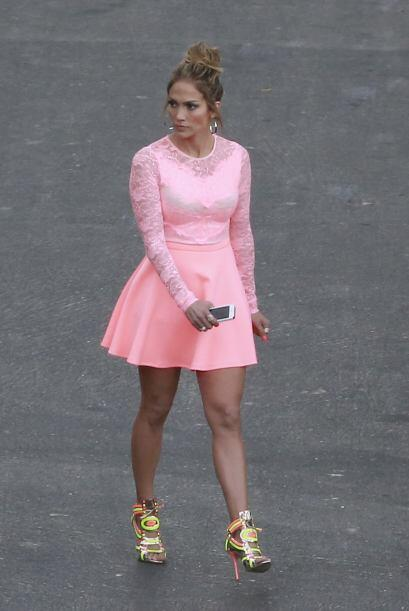 Hace unos días usó este coqueto vestido rosa. Mira aquí los videos más c...