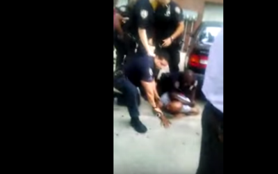 Jahmiel Cuffee siendo detenido por oficiales del NYPD.