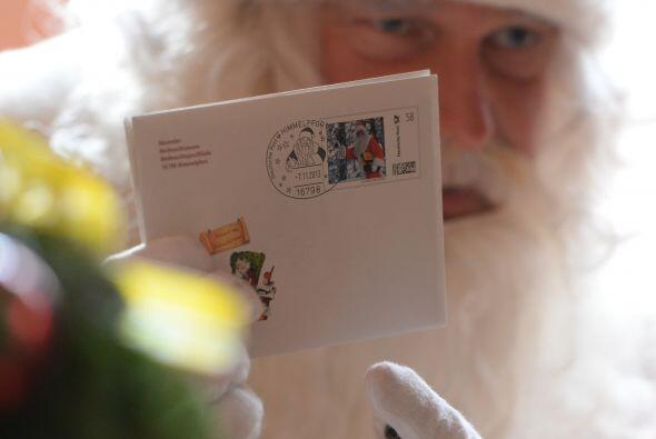 Santa también tiene miles de cartas que leer.