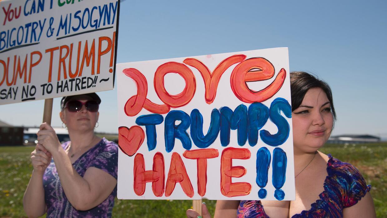 Manifestantes anti-Trump se oponen al discurso de odio