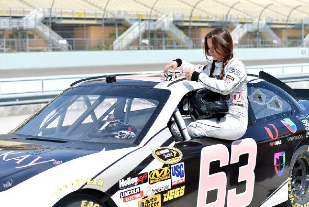 La actriz se puso su traje de piloto para correr por la pista.