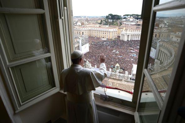 """""""Hermanos y hermanas, buenos días!"""", dijo el Papa tras asomarse a la ven..."""