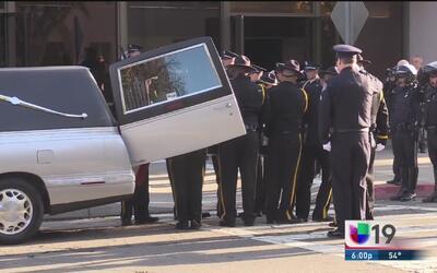 Cientos dan el último adiós al oficial Dennis Wallace en Modesto