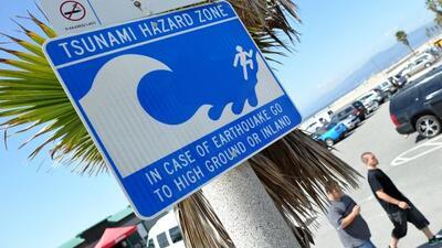 Uno de los varios letrero de aviso para zona de tsunami en la costa de C...