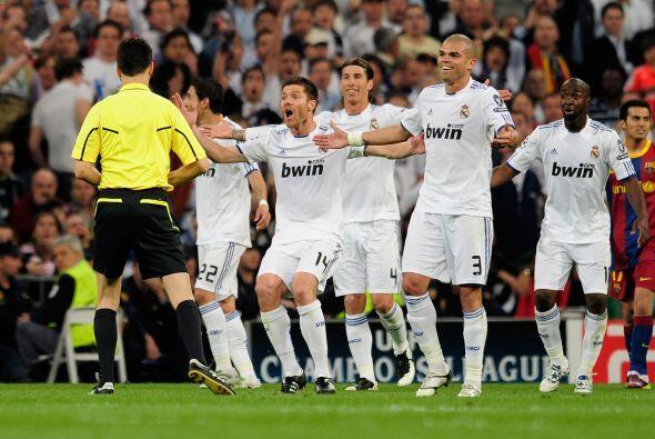 El Real Madrid en pleno protestó la expulsión de Pepe.
