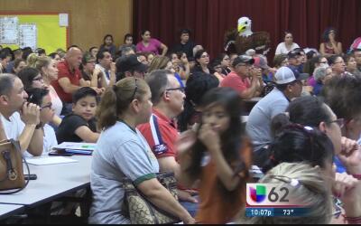 Abogados de inmigración responden cientos de preguntas sobre el trámite...