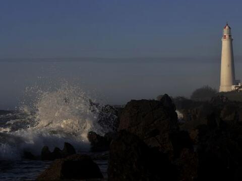 El destello del faro de Punta Brava (1876) se refleja en las aguas del R...