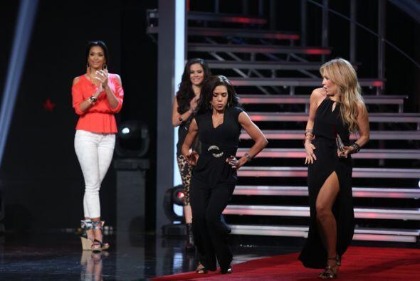 Las chicas desfilaron con los diseños de la colección de T...