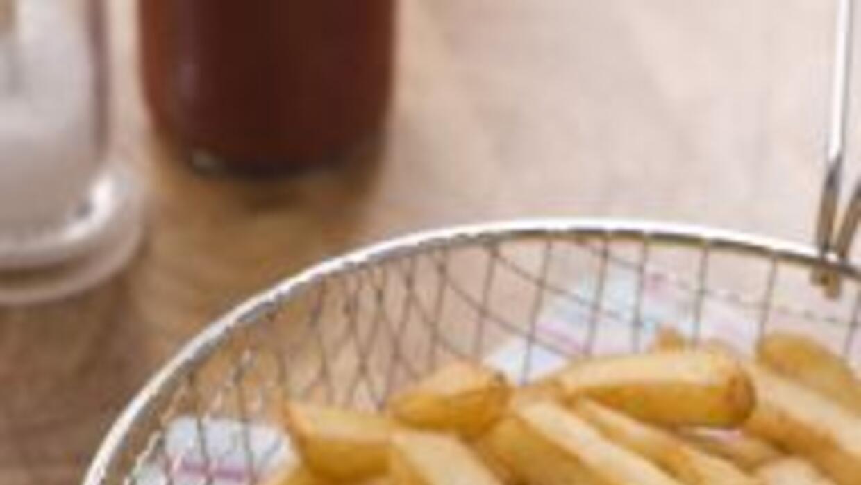 Para que las papas fritas te queden bien crujientes puedes empezar a fre...