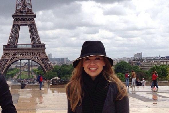 ¡Y claro! Thalía tenía que hacer una visita obligada a la Torre Eiffel.