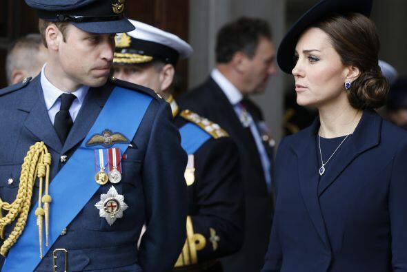 Kate portó un elegante traje azul marino.