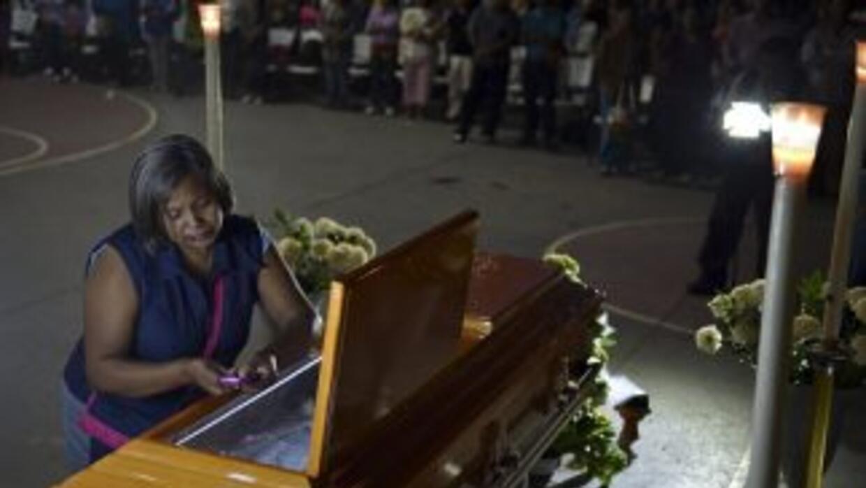 Bertha Nava, en el funeral de su hijo Julio César, fallecido en la masac...