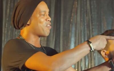 Ronaldinho no le teme a nada, ni siquiera al ridículo: ¡volvió a cantar!