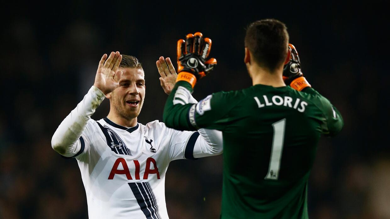 Toby Alderweireld y Hugo Lloris celebrando el tercer gol del equipo.