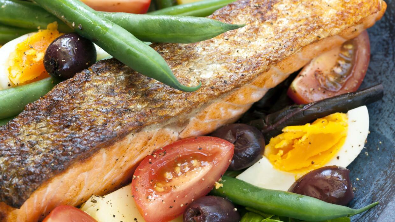 Autoridades aconsejan comer más pescado