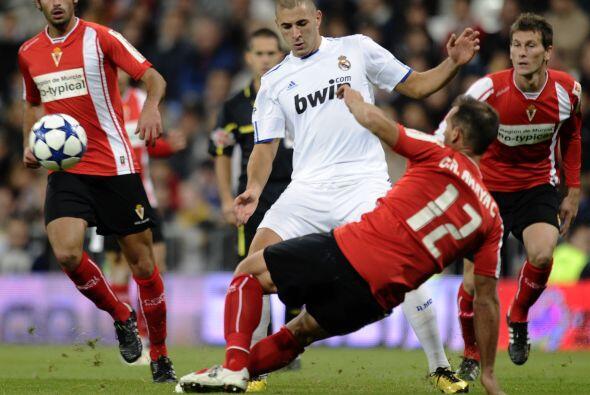 Karim Benzema buscaba su gol con insistencia, pero la puntería no...