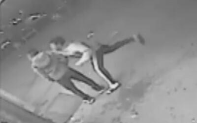 De un golpe, un sujeto deja inconsciente a un hombre y aprovecha para ro...
