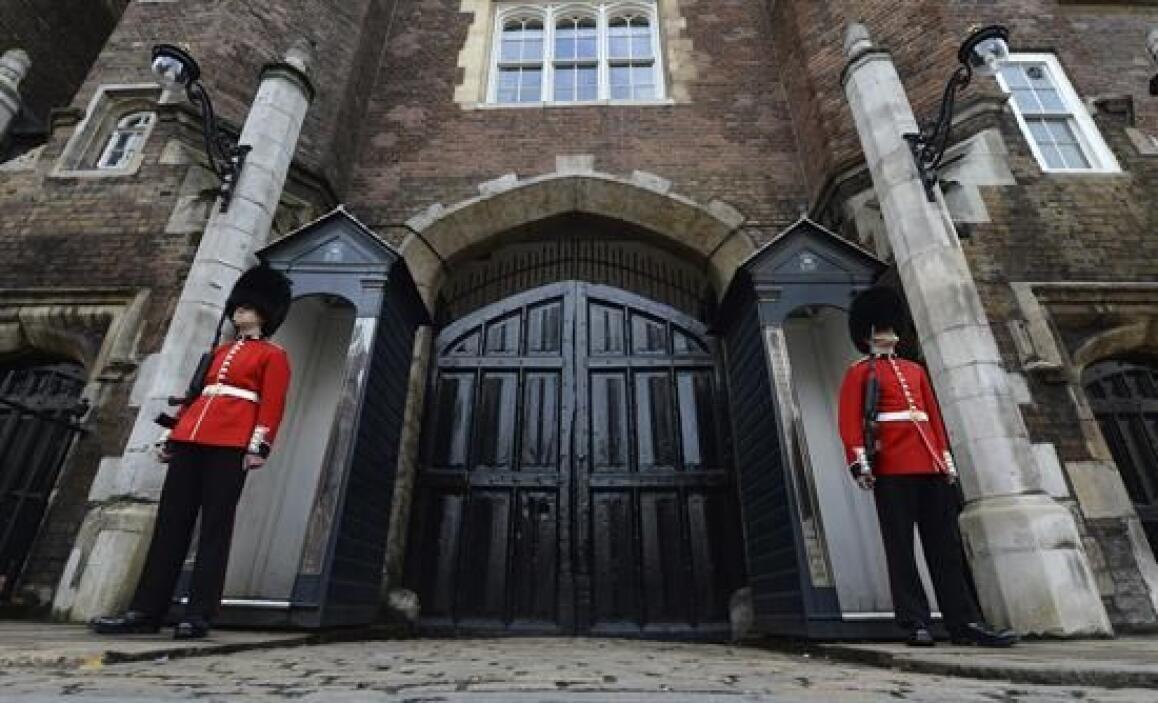 Al acto asistirán, además de los padrinos, la reina Isabel II y su marid...