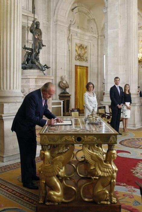 Juan Carlos firmó públicamente la ley por la que abdica del trono de Esp...