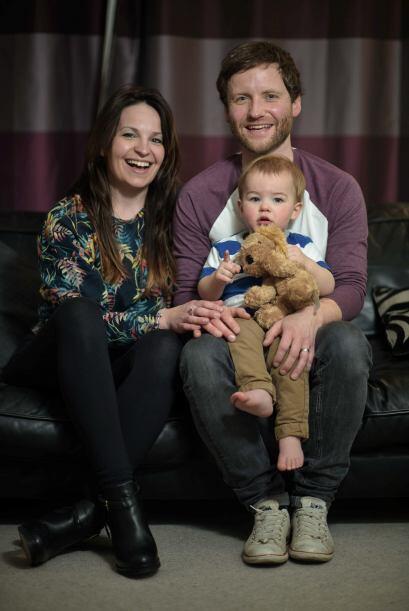 Ella es Susan Hughes con su esposo Mike y su hijo Dougie.