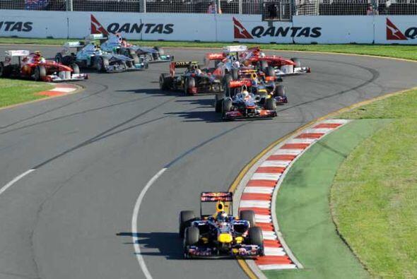 El resto del pelotón, encabezado por Lewis Hamilton de la McLaren...