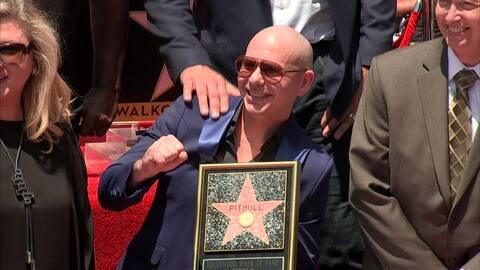 Pitbull recibió una estrella en el paseo de la fama en Hollywood con lág...