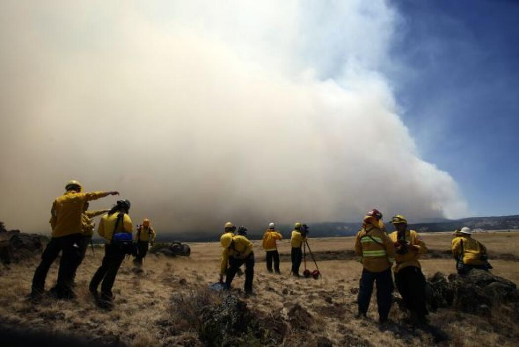 Los incendios continúan haciendo estragos en el este de Arizona, obligan...