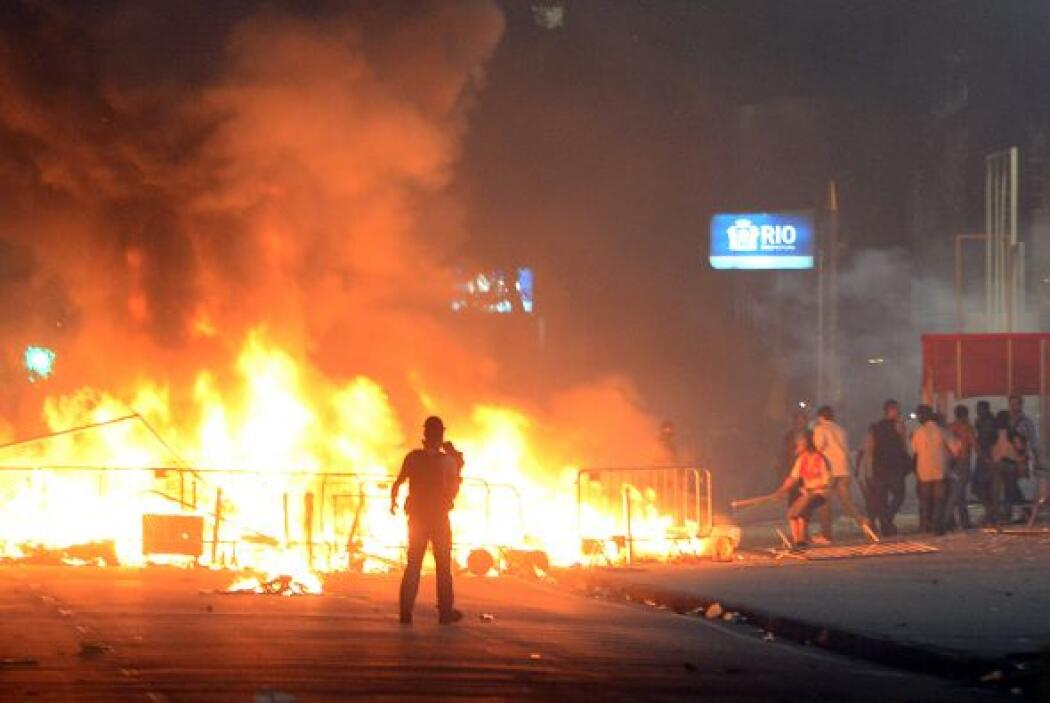 Un automóvil de la televisión SBT fue incendiado por manifestantes, algu...