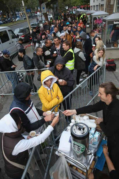 La gente en Berlin compraba cafe mientras esperaba entrar a la tienda de...