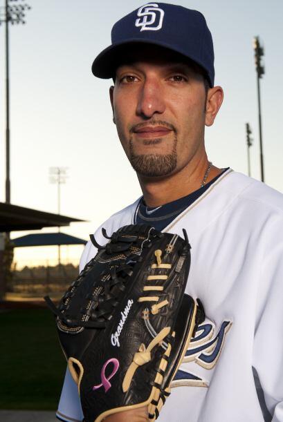 El número 37 de los Padres, el pitcher de relevo Mike Adams, debutó el 1...