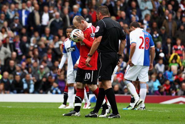 Wayne Rooney fue el encargado de ejecutar el penal. El inglés bes...
