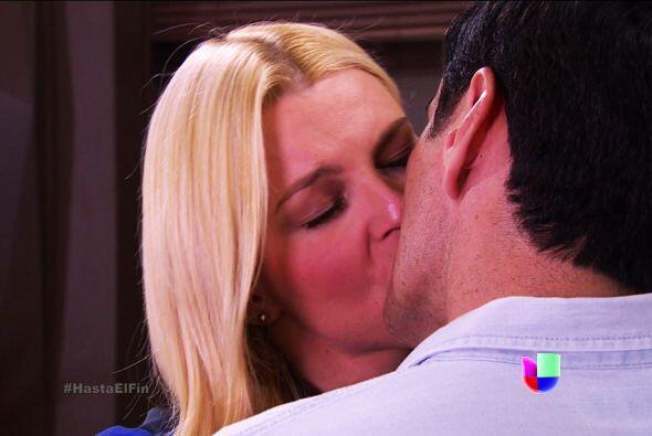 ¡Ahh! Pero qué bueno que la consuelas con tus besos. ¡Eso es amor!