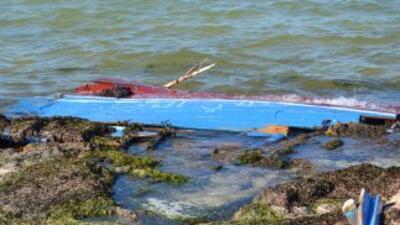 Los inmigrantes viajaban de un embarcación neumática que naufragó con 10...