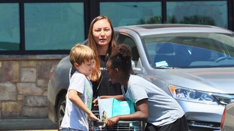 Zahara y Knox hacen las compras con su nanny