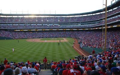 El estadio de los Rangers de Texas merece estar bajo techo, dicen los du...