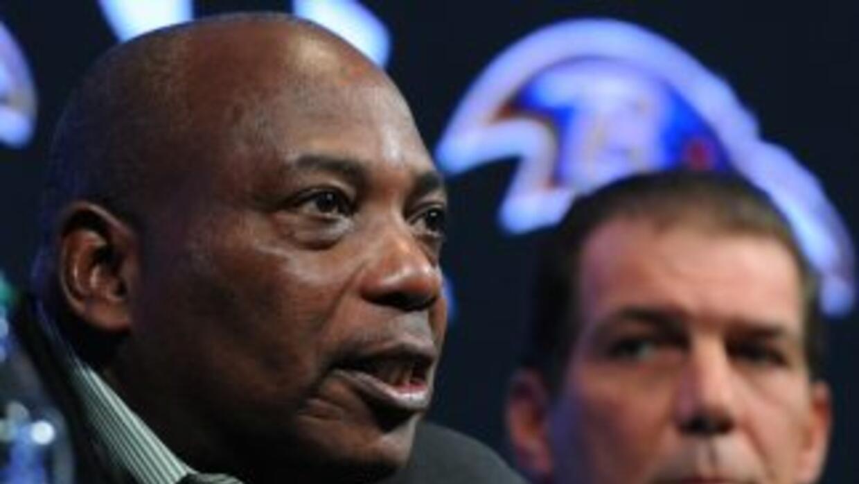 Ozzie Newsome espera que los Ravens extiendan el contrato de Haloti Ngat...