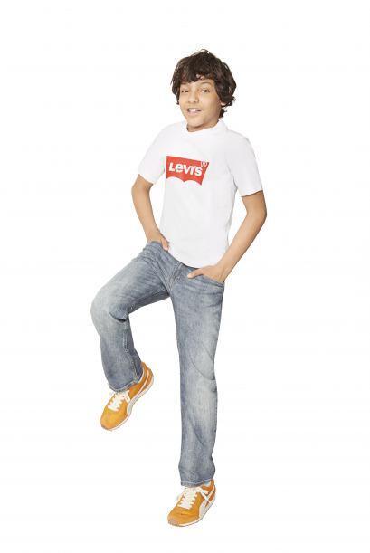 Los básicos 'jeans' con playeras neutras también deben est...