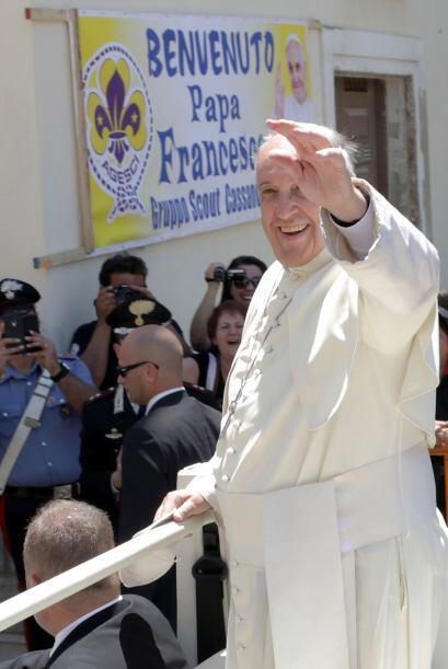 Saludó a los miles de habitantes que se agolpaban en las aceras y se aso...